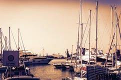 日落在西西里岛,卡塔尼亚港务局,与帆船的海景 免版税图库摄影