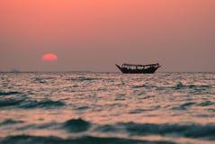 日落在迪拜附近的海 阿拉伯酋长管辖区团结了 免版税库存照片
