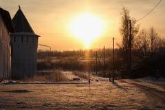 日落在附近俄国村庄修道院 免版税库存图片