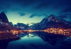 日落在雷讷村庄, Lofoten海岛,挪威 免版税库存图片