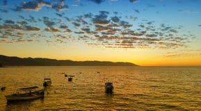 日落在巴亚尔塔港 库存照片