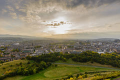 日落在从亚瑟的位子的爱丁堡 免版税库存图片
