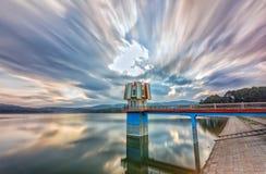 日落在水力发电的水坝的云彩舞蹈 免版税库存照片