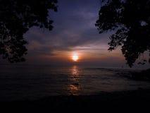 日落在离大岛的附近海岸  免版税库存图片