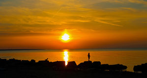日落在离岩石海岸的附近在克利夫兰 库存图片