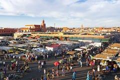 日落在Djemaa el Fna市场上在马拉喀什,摩洛哥,和Koutu 库存图片