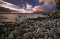 日落在Elgol港口[斯凯岛,苏格兰的小岛] 库存图片