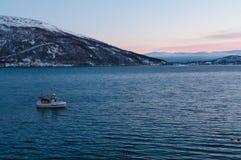 日落在Kvaloya村庄附近的极性夜期间在挪威 免版税库存图片