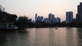 日落在Lumphini公园在曼谷,泰国 免版税库存图片