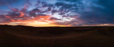 日落在Merzouga撒哈拉大沙漠,摩洛哥 免版税库存图片