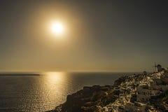 日落在Oia村庄,圣托里尼 免版税库存图片