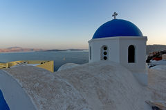 日落在Oia,圣托里尼, Tira海岛,基克拉泽斯镇  免版税库存图片
