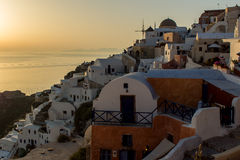 日落在Oia,圣托里尼, Tira海岛,基克拉泽斯镇  免版税库存照片