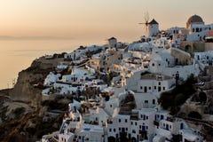 日落在Oia,圣托里尼, Tira海岛,基克拉泽斯镇  库存图片