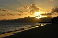 日落在Puerto在兰萨罗特岛加那利群岛上的del卡门在西班牙 免版税图库摄影