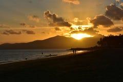 日落在Puerto在兰萨罗特岛加那利群岛上的del卡门在西班牙 库存图片