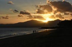 日落在Puerto在兰萨罗特岛加那利群岛上的del卡门在西班牙 库存照片