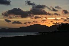 日落在Puerto在兰萨罗特岛加那利群岛上的del卡门在西班牙 免版税库存图片