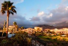 日落在Puerto de la Cruz,特内里费岛,西班牙。 旅游旅馆手段。 日落 库存图片