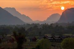 日落场面在Vang Vieng。 库存照片