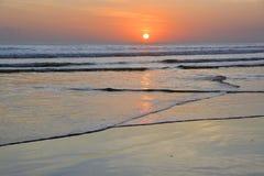 日落处于低潮中在Legian海滩,巴厘岛 免版税库存照片