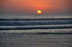 日落处于低潮中在Legian海滩,巴厘岛 免版税库存图片