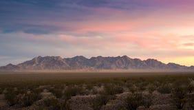 日落多云天红色岩石峡谷全景视图 免版税库存照片