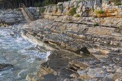 日落多岩石的海滩在Istria,克罗地亚 亚得里亚海, Lanterna半岛 库存图片