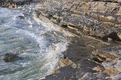 日落多岩石的海滩在Istria,克罗地亚 亚得里亚海, Lanterna半岛 免版税图库摄影
