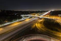 日落大道在圣地亚哥高速公路晚上 免版税库存图片