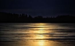 日落天空上色自然美丽的Winter户外湖冰 图库摄影