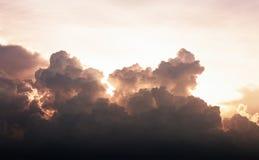 日落天空剧烈的云彩  免版税库存照片