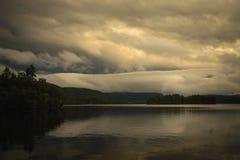 日落天空反射在Jonsvatnet湖,挪威 免版税库存照片