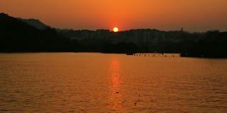 日落天空和湖 免版税库存图片
