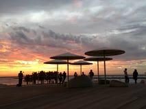 日落天空海滩海颜色人 免版税库存图片