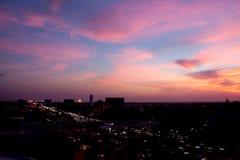 日落天空的剧烈的颜色在11月夜 免版税库存图片