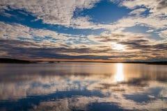 日落天空的反射在一个大湖 库存图片