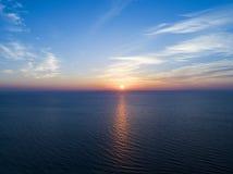 日落天空背景的鸟瞰图 与晚上天空的空中剧烈的金子日落天空覆盖在海 惊人的天空云彩 免版税库存图片