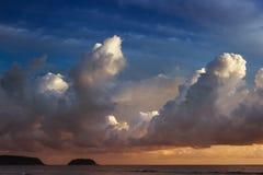 日落天空背景蓝色的风平浪静 库存照片