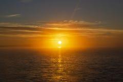 日落天空背景 与晚上天空的剧烈的金子日落天空覆盖在海  天空土地 免版税图库摄影