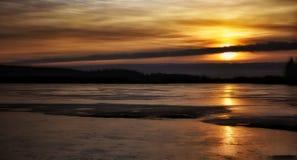 日落天空覆盖颜色自然美丽的Winter户外湖冰 免版税库存图片