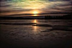 日落天空覆盖颜色自然美丽的Winter户外湖冰 免版税图库摄影