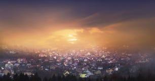 日落天空 日落的老城市 库存照片