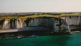 日落天蓝色的海岸和著名诺曼底白色岩石峭壁田园诗空中风景视图在Etretat法国附近 影视素材