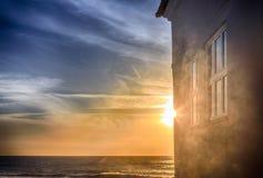 日落太阳的反射在房子和窗口,葡萄牙的 免版税图库摄影