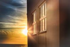 日落太阳的反射在房子和窗口,葡萄牙的 库存图片