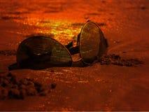 日落太阳镜 免版税库存图片