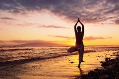 日落女子瑜伽 免版税库存图片