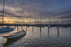 日落如看见与一条小船在Saltholmen,哥特人,瑞典2018年 免版税库存图片