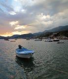日落小船在黑山 免版税库存照片